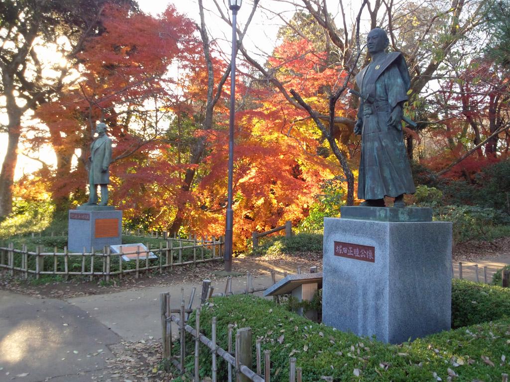 銅像と紅葉