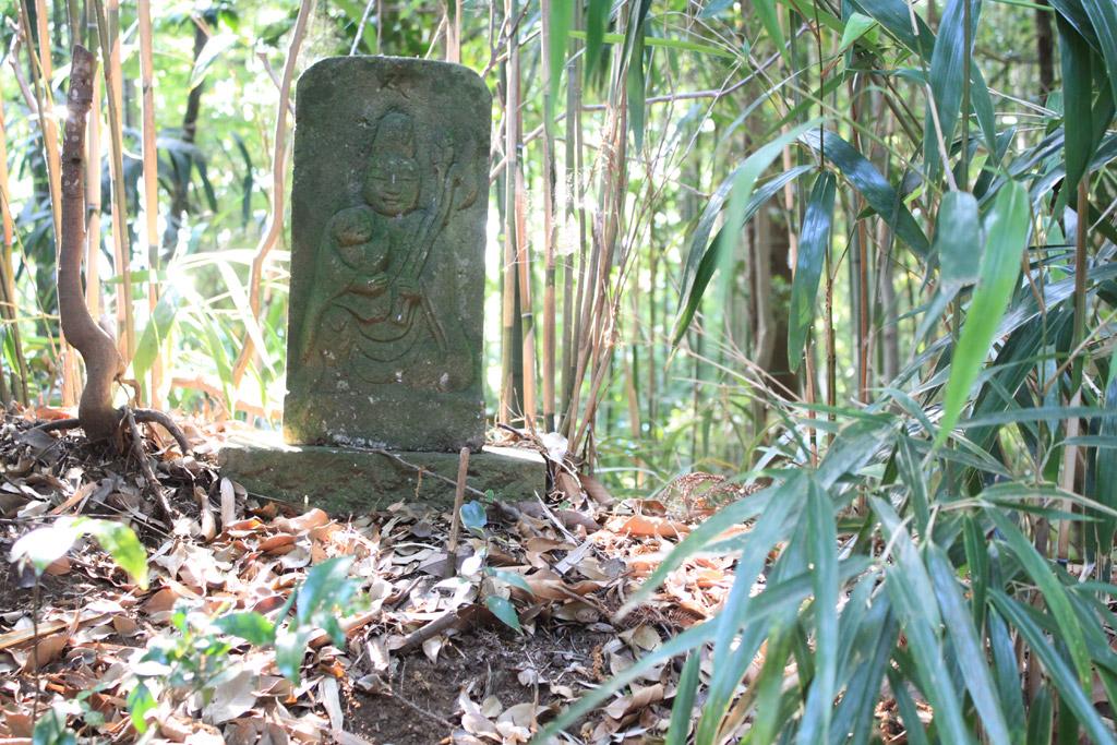 石垣の石仏