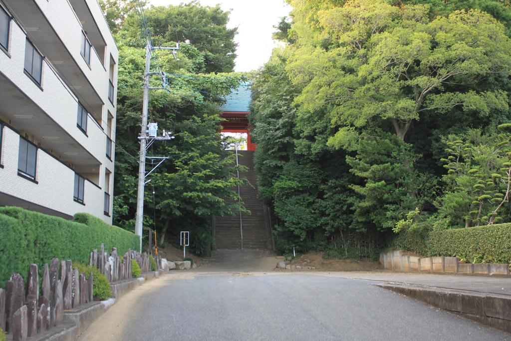 石段と仁王門