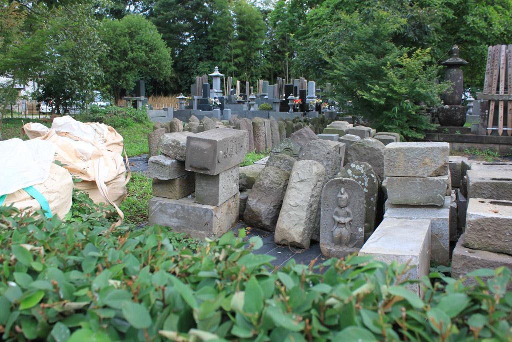 積まれた墓石