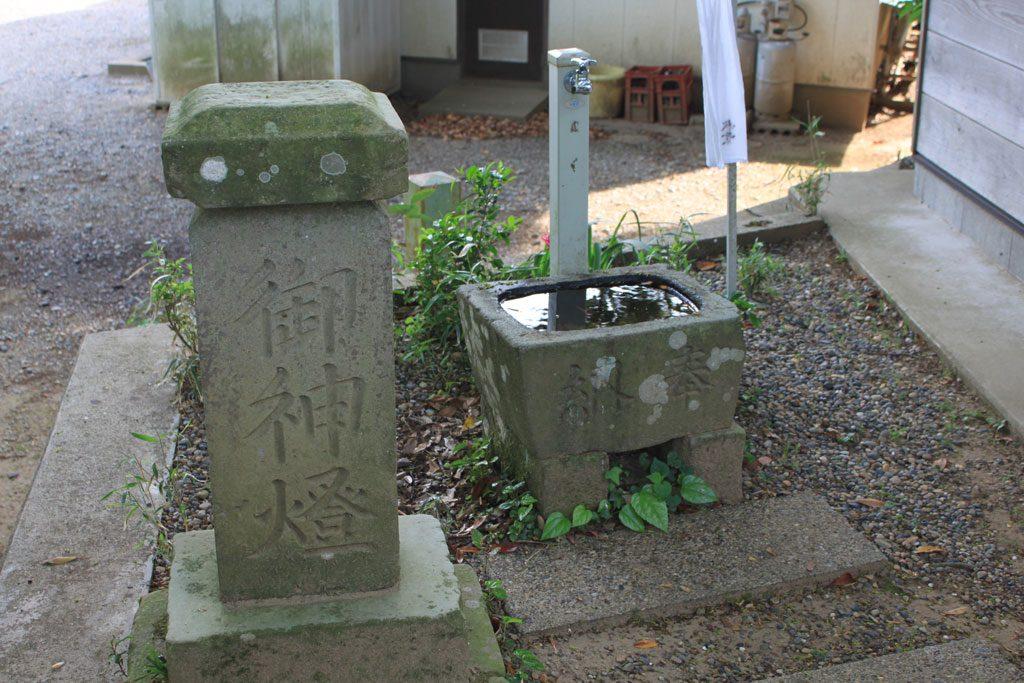 手水鉢と御神燈の碑