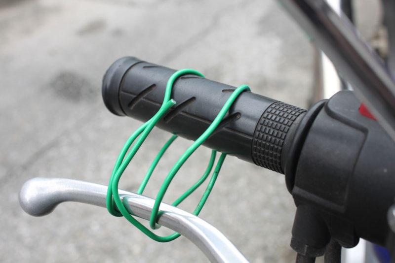ブレーキレバーを針金で巻いて前輪を固定